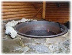 Приготовление горячей воды в бане с печью на дровах . Фото