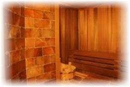 Стена из гималайской соли  в сауне. Фото