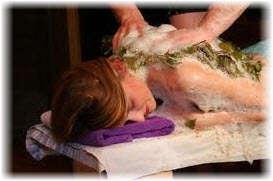 Мыльный массаж вениками в бане. Фото