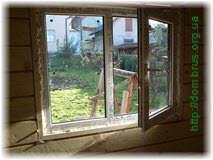 Крепление окна в бане монтажной пеной . Фото