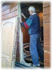 Подготовка к креплению обсадного бруска дверного проема. Фото