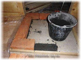 Кирпичная подставка для металлической печи в бане. Фото