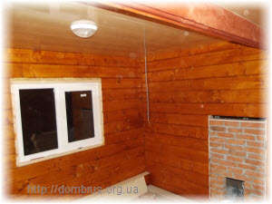 Потолок из пластиковой вагонки в деревянном срубе бани. Фото