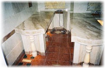 Массажный стол в бане из мрамора. Фото
