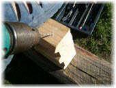 Соединение расколовшихся частей деревянного бруса. Фото
